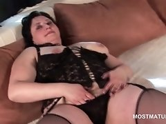 Bbw mature in black lingerie opening her pussy hole