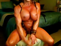 FEMALE BODYBUILDER TEASES AND POSES ON CAM