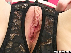 British milf Sammie loves dildoing her butthole