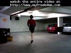 Rubber hottie in garage gummischlampe in der tiefgara