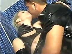 Blondasse en latex se fait defoncer sous la douche